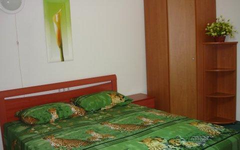трёхкомнатная 3комнатная квартира на сутки улица Кедышко Парк Челюскинцев спальня
